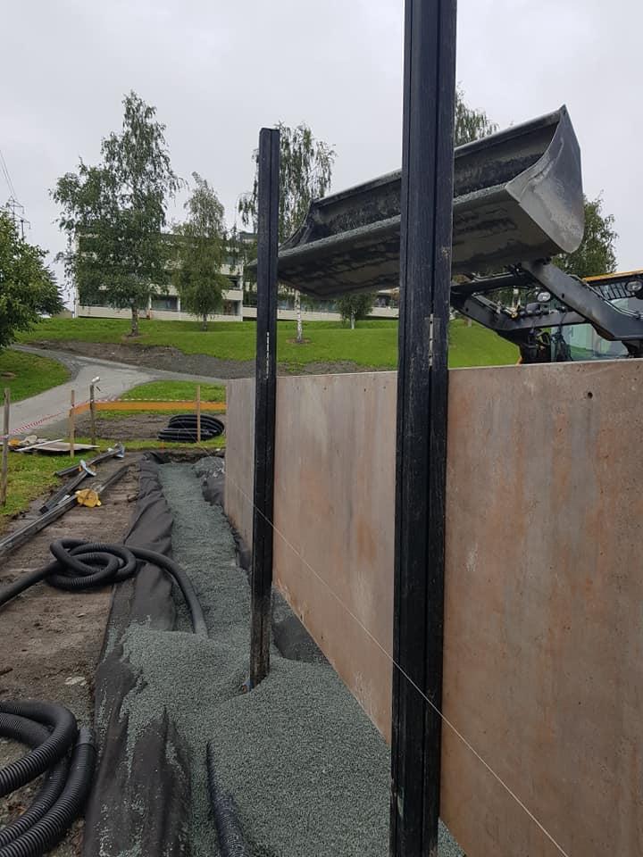 Montering av vegger til fotballbane